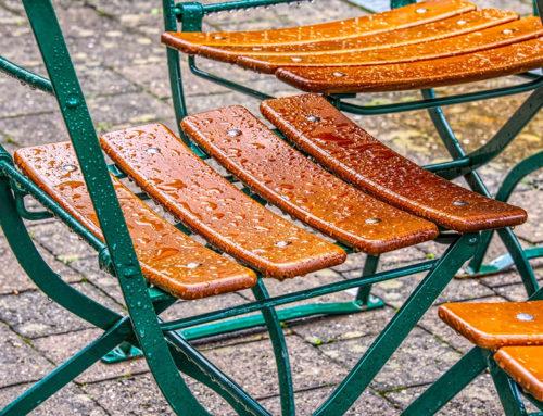 Balkonmöbel bleiben mit geeignetem Holzschutz schön